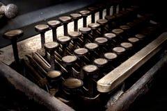 Den gamla skrivmaskinen i antikvitet stämmer tätt upp, den selektiva fokusen Royaltyfri Foto
