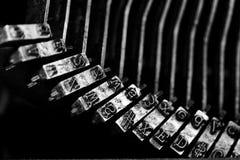 Den gamla skrivmaskinen märker maskinskrivning Royaltyfri Foto