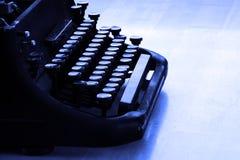 Den gamla skrivmaskinen märker maskinskrivning Arkivfoto