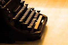 Den gamla skrivmaskinen märker maskinskrivning Royaltyfria Foton