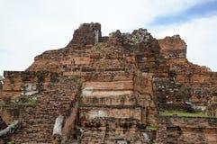 Den gamla smula bevuxna tegelstenväggen av stupaen på historiskt parkerar framme Thailand royaltyfria foton