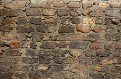 Den gamla smutsiga red ut tegelstenväggen med kritamålarfärg återstår Fotografering för Bildbyråer