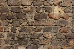 Den gamla smutsiga red ut tegelstenväggen med kritamålarfärg återstår Royaltyfri Foto