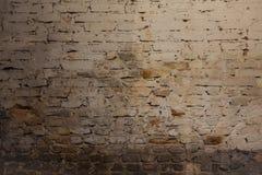 Den gamla smutsiga red ut tegelstenväggen med kritamålarfärg återstår Arkivbilder