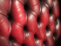 Den gamla soffan med rött piskar stoppning arkivbilder