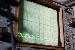 Den gamla sovjetiska oscillographen med diagramas Royaltyfria Bilder