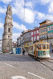 Den gamla spårvagnen förbigår det Clerigos tornet Royaltyfria Foton