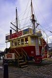 Den gamla spårvagnen konverterade till glassskåpbilen på Albert Dock ett komplex av skeppsdockabyggnader och lager i Liverpool, E fotografering för bildbyråer