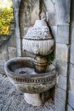 Den gamla springbrunnen i Ksiaz är slotten i Polen royaltyfri fotografi