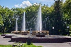 Den gamla springbrunnen i staden parkerar av det Petropavl ryssnamnet Petropavlovsk, Kasakhstan royaltyfria bilder