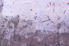 Den gamla spruckna väggen för roughtgrå färg- och vitmurbruk texturerar bakgrund Royaltyfria Foton
