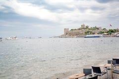Den gamla stärkte slotten Segla utmed kusten och härbärgera med fartyg, sikten av den portBodrum grönkålen, slott Arkivfoto