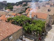 Den gamla stadDubrovnik Kroatien, brunn höll medeltida stenbyggnader Royaltyfria Bilder