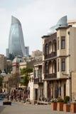Den gamla staden av Baku med flamman står högt i bakgrunden Arkivfoton