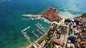 Den gamla staden av Budva som skjuter med luftsurret Montenegro stock video