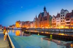 Den gamla staden av Gdansk reflekterade i den Motlawa floden p? skymning, Polen royaltyfri fotografi