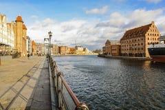 Den gamla staden av Gdansk vid floden Motlawa Royaltyfria Bilder