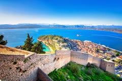 Den gamla staden av Nafplion i den Grekland sikten från ovannämnt med belade med tegel tak, liten port och bourtzien rockerar på  royaltyfri foto