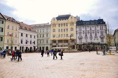 Den gamla staden, huvudsaklig fyrkant i Bratislava, Slovakien royaltyfri bild