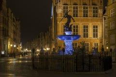 Den gamla staden i den Gdansk och Neptunspringbrunnen vid natt Fotografering för Bildbyråer