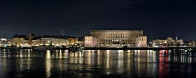 Den gamla staden med Royal Palace och parlamentet som bygger till rätten Royaltyfri Fotografi