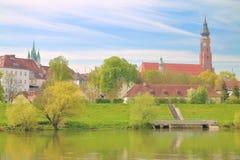 Den gamla staden på bankerna av Donauen Arkivbilder