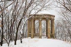 Den gamla staden parkerar efter tungt snöfall royaltyfri bild