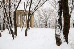 Den gamla staden parkerar efter tungt snöfall royaltyfri fotografi
