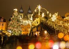 Den gamla stadfyrkanten i Prague på vinternatten Royaltyfri Fotografi