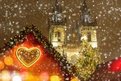Den gamla stadfyrkanten i Prague på vinternatten Royaltyfria Bilder