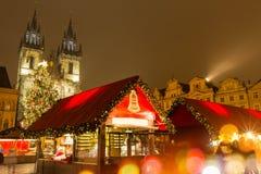 Den gamla stadfyrkanten i Prague på vinternatten Royaltyfri Foto