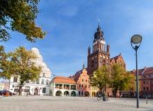 Den gamla stadmarknaden med Sts Mary kyrka (15th århundrade), ett av den största tegelstenen kyrktar i Europa Arkivfoto