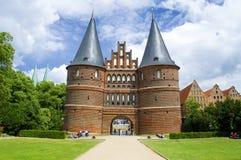 Den gamla stadporten i den Lubeck Tyskland kallade Holstentor på offentlig jordning fotografering för bildbyråer