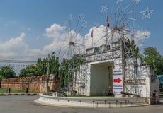 Den gamla stadporten Kanchanaburi Thailand är en berömd turist- dragning Arkivfoto