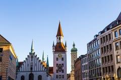 Den gamla stadshusarkitekturen i Munich Arkivfoton