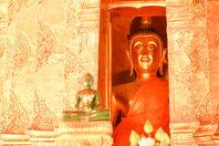 Den gamla statyn av Buddha i Wat Phra That Lampang Luang Royaltyfri Bild