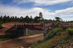 Den gamla sten- och metallbron på Sao Domingos övergav minen Arkivbild