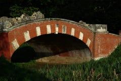 Den gamla stenbron i sommaren parkerar royaltyfria bilder