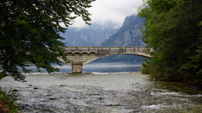 Den gamla stenbron på sjön Bohinj, Slovenien Arkivfoton