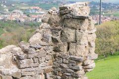 Den gamla stenväggen, det gamla förstörda huset, landskap av det gamla förstörda huset, stenar huset royaltyfri fotografi