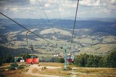 Den gamla stolelevatorn hissar och det härliga landskapet av bergkullen royaltyfri bild