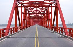 Den gamla strukturen av den röda bron Arkivbilder