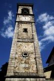 den gamla sumiragoen väggen och det kyrkliga tornet sätter en klocka på solig dag Arkivfoto
