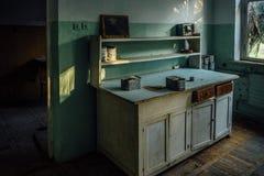 Den gamla tabellen i övergett analytiskt laboratorium i gammalt tomt mjöl maler fabriken arkivbilder
