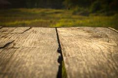 Den gamla tabellpicknicken i fält Arkivbild