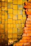Den gamla tegelstenväggen är bakgrund arkivfoto