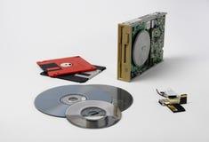 Den gamla teknologin som har borta down i historia: drevet och dess disketter Teknologin är inte den långa forntiden, som är fort arkivbilder