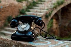 Den gamla telefonen mellan slotten fördärvar Royaltyfri Foto