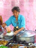 Den gamla thailändska kvinnan visar varma ris på marknaden Royaltyfri Fotografi