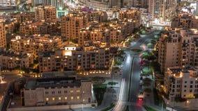Den gamla timelapsen för bostads- byggnader för stad flyg- i i stadens centrum Dubai, UAE arkivfilmer